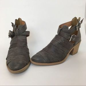 Qupid Women's Sz 6.5 distressed Booties Grey   Zip